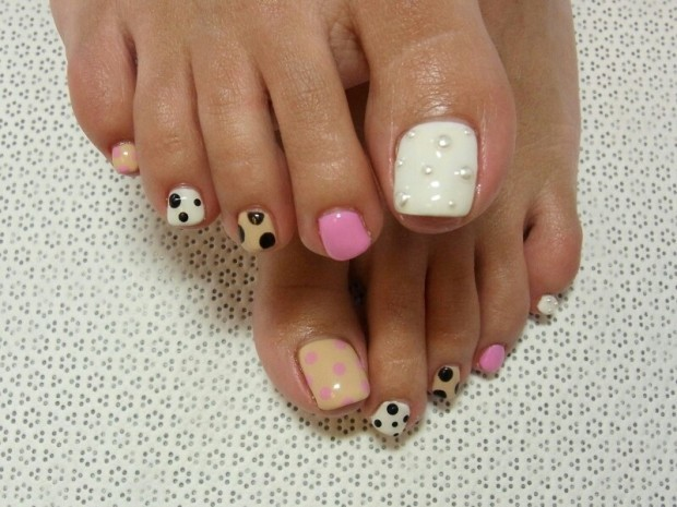 gorgeous_polka_dot_pedicure