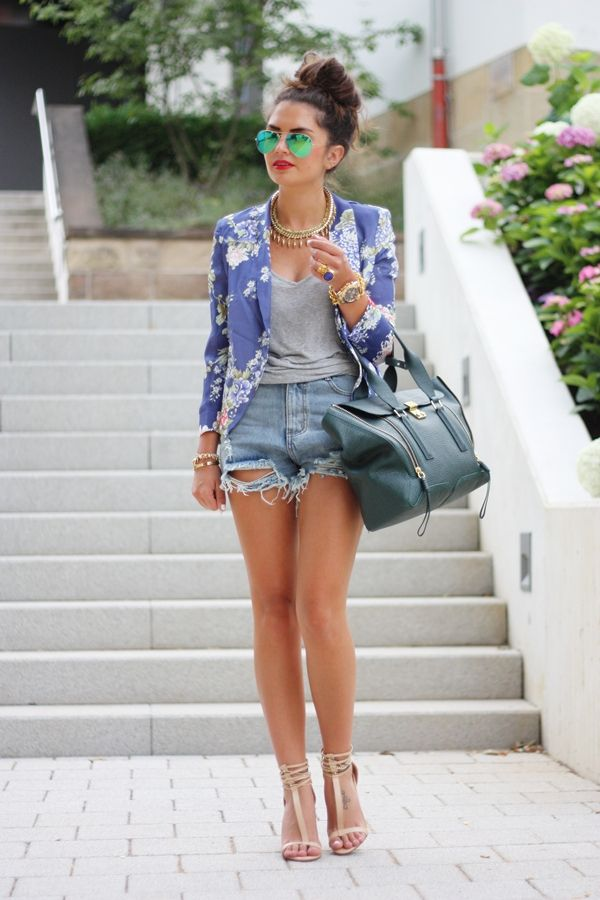 Denim-Shorts-Outfit-with-a-Blazer