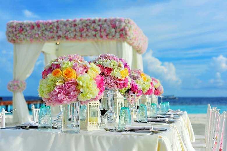Choose an incredible location - Beach party wedding